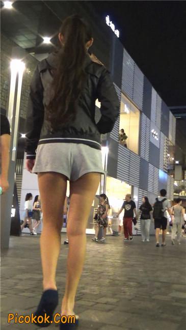 雨后郁郁寡欢的美腿美女