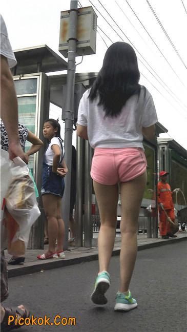 等公交的性感粉红热裤紧三角美女
