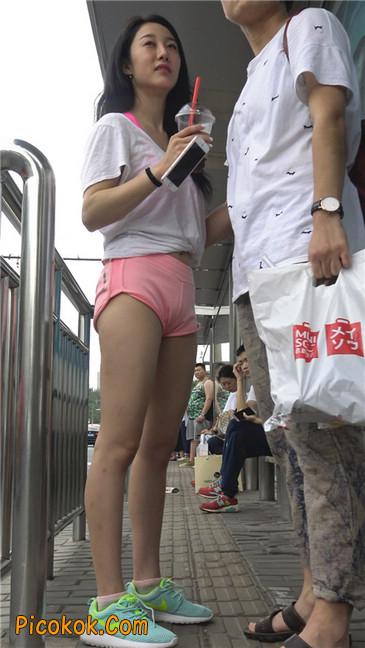 等公交的性感粉红热裤紧三角美女3