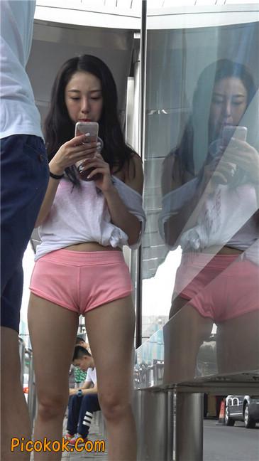 等公交的性感粉红热裤紧三角美女11