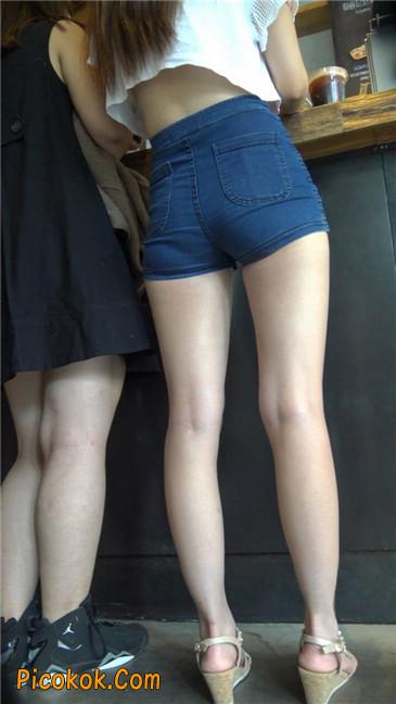 咖啡店里的极品白嫩长腿热裤美眉4