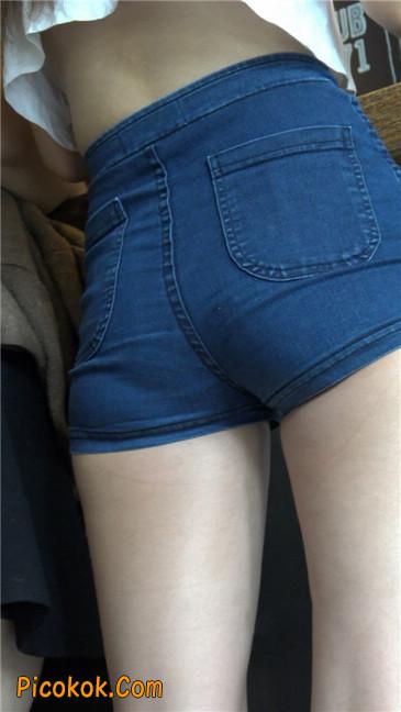 咖啡店里的极品白嫩长腿热裤美眉5