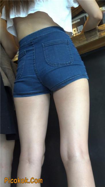 咖啡店里的极品白嫩长腿热裤美眉6