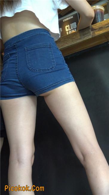 咖啡店里的极品白嫩长腿热裤美眉7