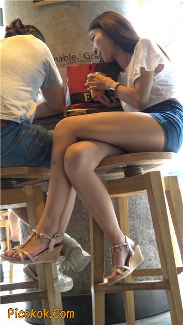 咖啡店里的极品白嫩长腿热裤美眉13