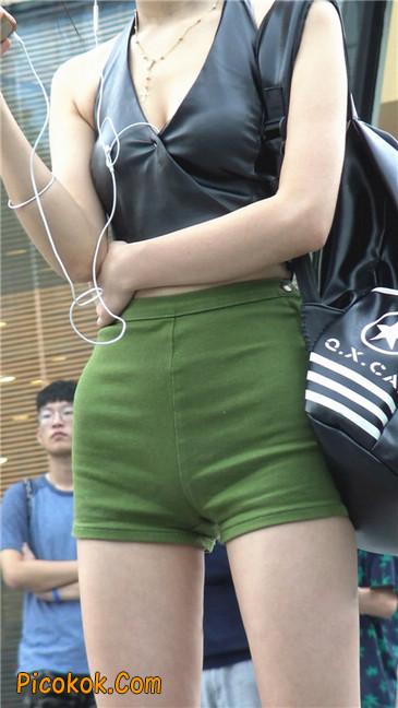 阴雨蒙蒙中两个极品美腿美女4