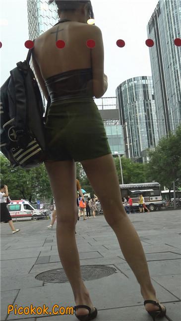 阴雨蒙蒙中两个极品美腿美女7