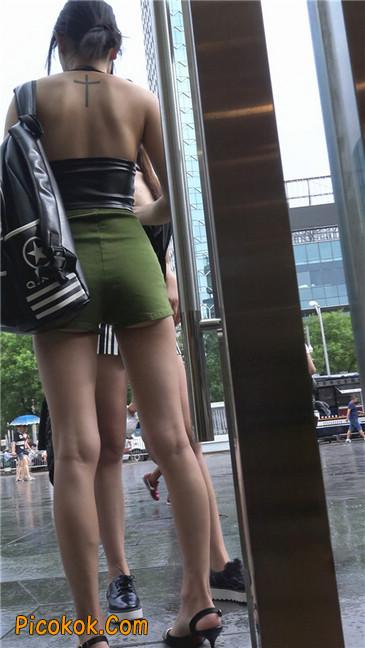 阴雨蒙蒙中两个极品美腿美女18