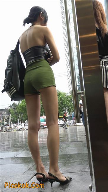 阴雨蒙蒙中两个极品美腿美女20