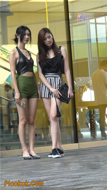 阴雨蒙蒙中两个极品美腿美女22