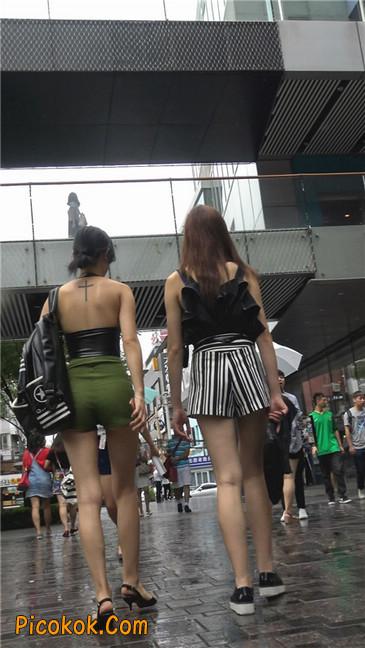 阴雨蒙蒙中两个极品美腿美女23