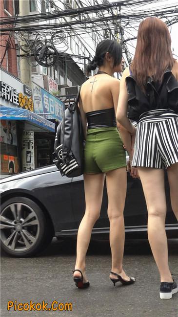 阴雨蒙蒙中两个极品美腿美女24