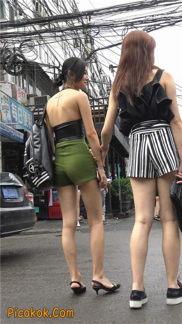 阴雨蒙蒙中两个极品美腿美女25