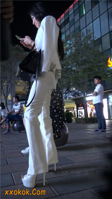 黑夜里的白高跟白裤白衣美女OL7