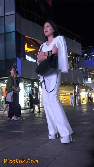 黑夜里的白高跟白裤白衣美女OL9