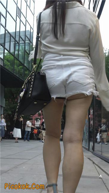 穿着前卫的露臀熟女1
