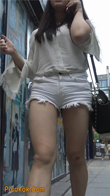 穿着前卫的露臀熟女3