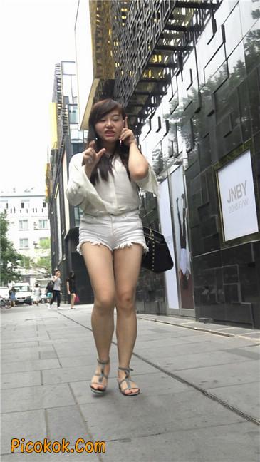 穿着前卫的露臀熟女7