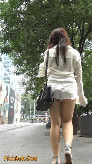 穿着前卫的露臀熟女8
