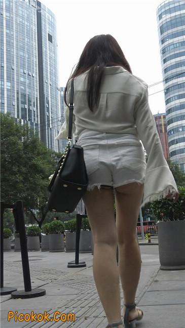 穿着前卫的露臀熟女9