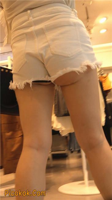 穿着前卫的露臀熟女10