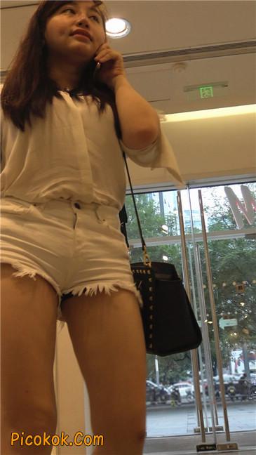 穿着前卫的露臀熟女11