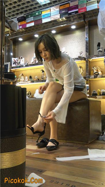 超短浅蓝热裤美眉买高跟鞋6