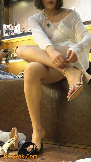 超短浅蓝热裤美眉买高跟鞋9