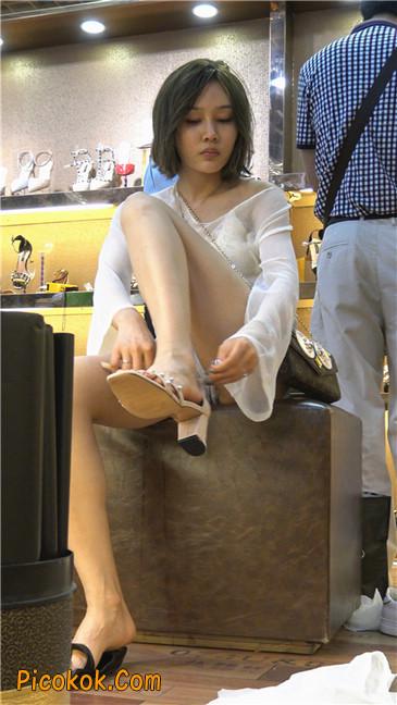 超短浅蓝热裤美眉买高跟鞋11