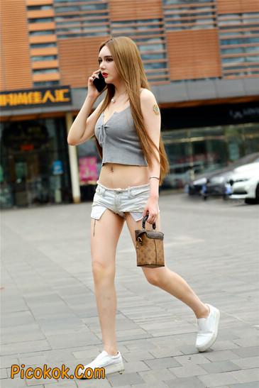 国产雪白肌肤超短热裤露脐蛮腰美女