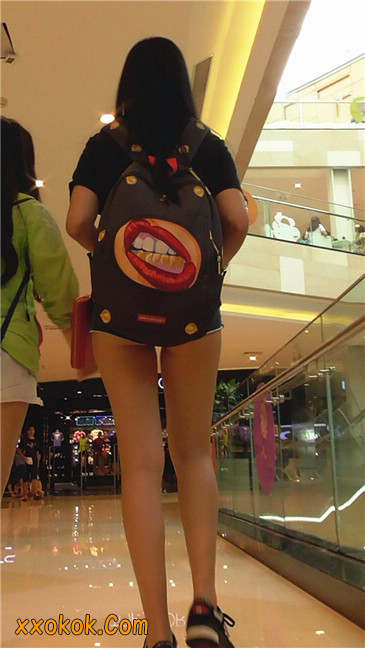 这热裤也实在是太短了吧?大家怎么看?我反正很无语7