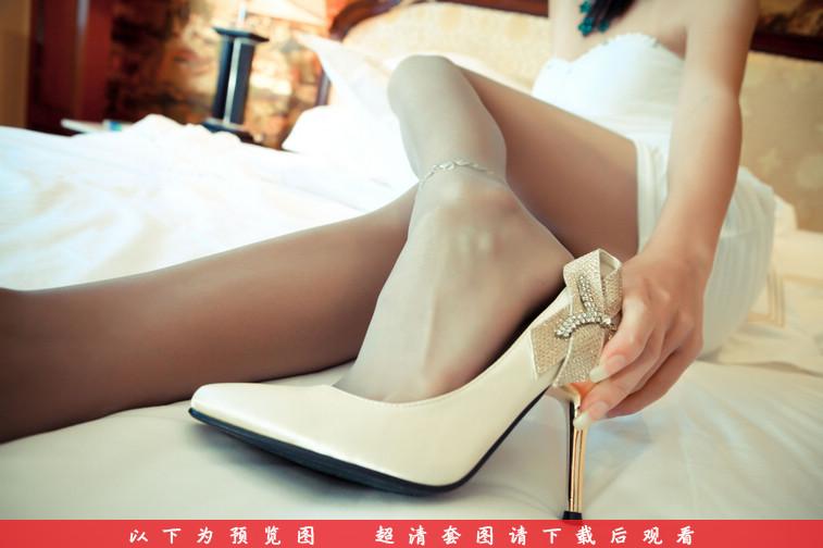 想看美女在床上是如何玩弄丝袜吗