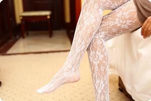 纯白洁净的白色网格丝袜诱惑