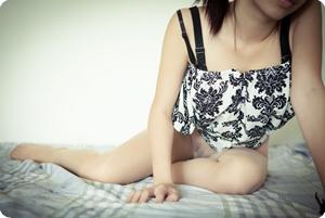村里有个穿丝袜的姑娘叫小芳