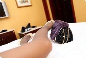 性感灰丝美腿,在床上等着你去把玩