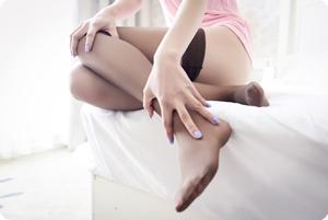 丝袜美女,寂寞的玩弄着丝袜