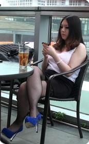 性感网袜美女坐在椅子上秀美腿