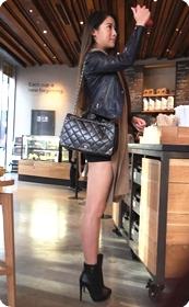 街拍极品气质美女,这短裙实在是太紧太短了