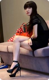 长发披肩短裙美女一枚,长腿细腰性感翘臀