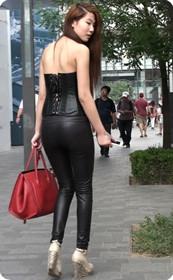 黑色紧身皮裤的美女,还是皮裤能衬托屁股啊
