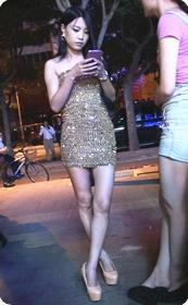街拍性感超短连衣裙裹胸美少妇