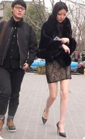 狂野蛇皮纹短裙美少妇