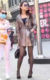 样子酷酷的短款连衣裙黑丝美少妇