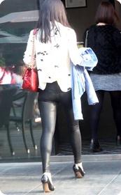 身着性感紧身皮裤的美女小姐姐