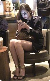 性感短裙眼镜娘走到哪里都有人过来要微信