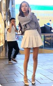 白色超短裙非常诱人的美女
