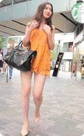 萌萌的软妹子身着超短连衣裙又不缺性感