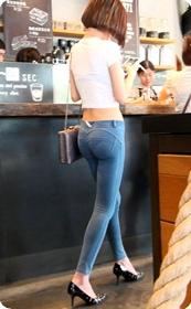 紧身贴体的牛仔裤美女身材真的是棒