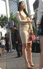 行走中的荷尔蒙-极品浅黄色包臀裙大美女