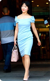 在摄影师面前摆拍的连衣短裙薄肉丝美少妇